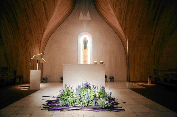 Znakomita kaplica Matki Bożej Różańcowej u dominikanów na Służewie. Brat Mariusz Skowroński osobiście dba o wystrój z kwiatów