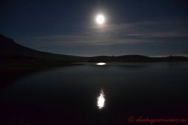 La Luna y un amanecer en el Pantano de la Serena (Badajoz)