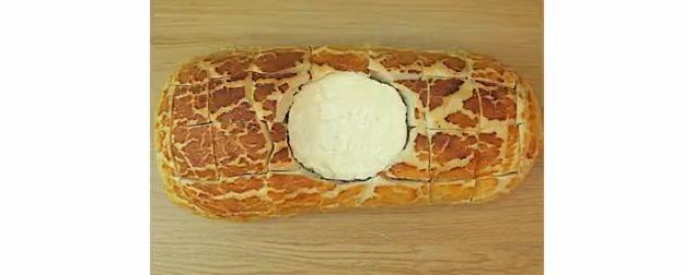 Tip: Camembert brood Heel erg gezond is dit recept niet, maarsmullen doe je er wel van! Dit heb je nodig om het te maken: 1 hele camembert 1 groot brood 3 tenen knoflook, fijngehakt 2 eetlepels rozemarijn, fijngehakt 8 eetlepels olijfolie zeezoutvlokken