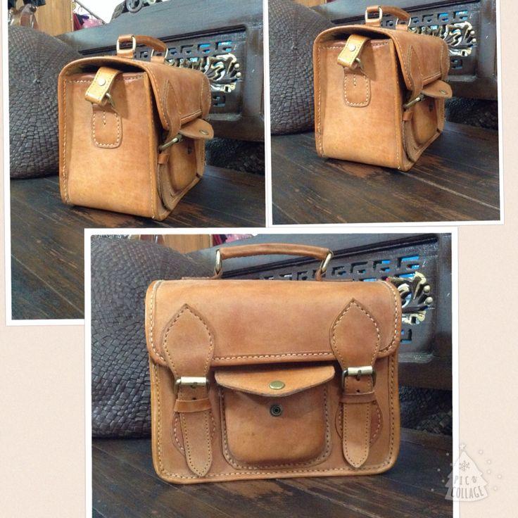 tas kamera dari kulit asli untuk kalian yang suka foto-foto :D Ukuran 25x15x20. Ada juga tali panjangnya :) Detail foto dari samping ada di foto selanjutnya yaa. idr 300.000  #kulit #leatherbag #tasunik #tasetnik #taskamera #leather #jogja #olshopjogja