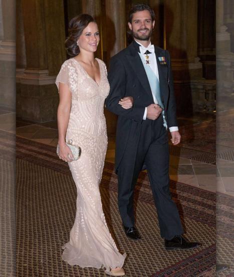 Ein schönes Paar: Prinz Carl Philip von Schweden und Sofia Hellqvist. Im Juni 2014 gaben sie ihre Verlobung bekannt, im Juni 2015 feiern sie Hochzeit. Carl Philip heiratet Sofia Hellqvist morgen, 13.6.2015: Was passiert, wenn Madeleines Wehen einsetzen? http://www.bild.de/unterhaltung/royals/prinz-carl-philip/so-heiraten-carl-philip-und-sofia-41329930.bild.html
