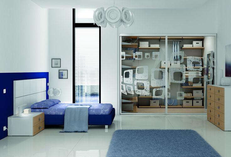 YC26 studentský pokoj s prosklenou skříní / student room