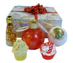 Coffret cadeau composé d'un assortiment de produits pour le bain: bain moussant, perles de bain, bombe de bain pailletée et gâteaux de bain. #composition #cadeau #bombedebain #cupcake