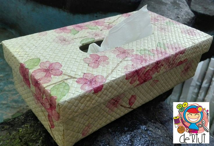 Tissue box.  Material anyaman pandan with decoupage
