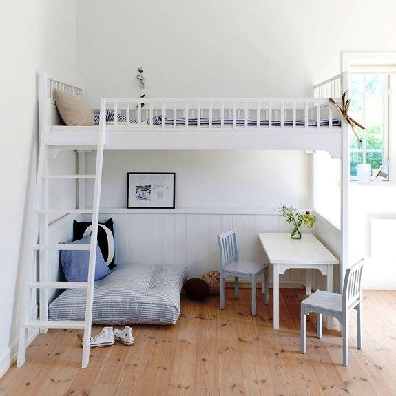 Белая кровать чердак