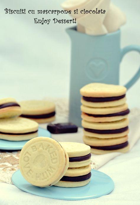 Biscuiti cu mascarpone si crema de ciocolata Biscuiti 100 gr unt 120 gr mascarpone 120 gr zahar 1 ou 300 gr faina 1 praf de sare 1 lingurita esenta de cocos 1 lingurita extract de vanilie