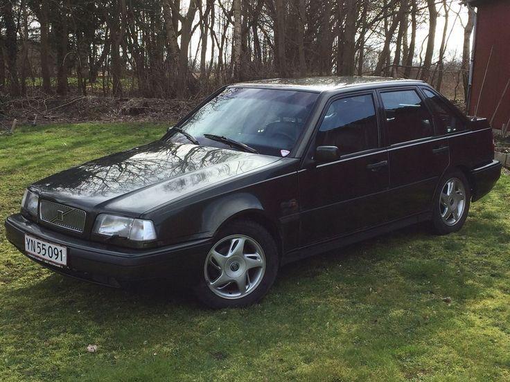 """Volvo 440, 2,0, aut. 5-dørs, 1995, servostyring, km 274620, mørkgrønmetal, ABS, airbag, aircondition, centrallås, klimaanlæg, træk, startspærre, 15"""" alufælge Benzin, Hej  Jeg sætter denne bil til salg for mine forældre som har købt en anden bil. Da bilen i sin tid (ca. 10 år siden) er blevet importeret fra tyskland, så er de den første danske ejer.  Bilen kører godt i motoren og gearkassen. Dejlige komfortable lædersæder er der også i den, samt en masse tidstypisk udstyr fra den periode ..."""