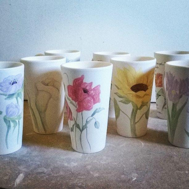 ceramic cups hand painted with flowers, dishwasher safe. Tazze di ceramica dipinte a mano con fiori, lavabile in lavastoviglie