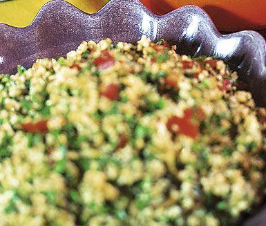 Tabbouleh är en matig bulgur- och persiljesallad med fräscha, krispiga och syrliga smaker som dessutom är lättlagad. Avnjut tabboulehn som den är eller tillsammans med till exempel kött eller kyckling.