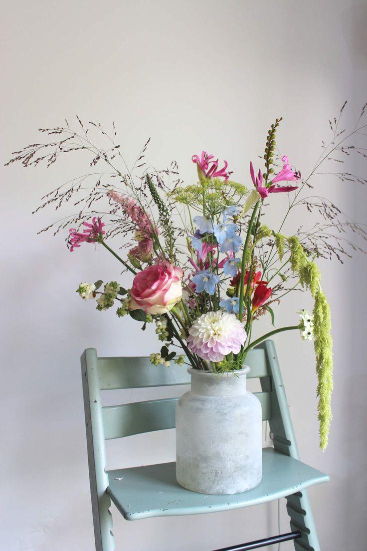 Nazomer-roze boeket met amarantus, dahlia, dephinium, dille, eustoma, grassen, lysimachia, nerine, pastel, roos, roze, sneeuwbes, zuidenwindlelie