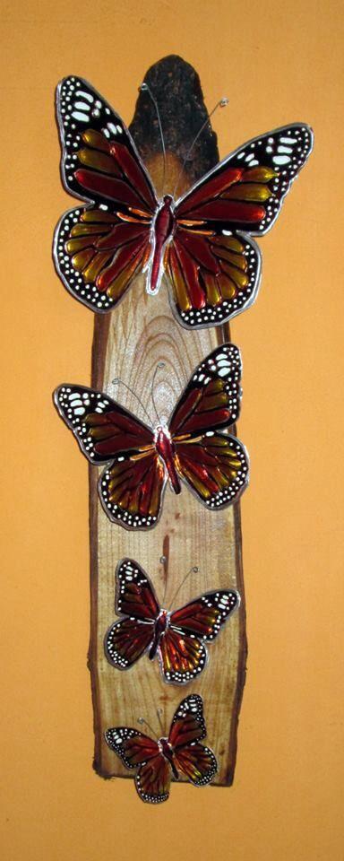 Mariposas Monarcas en arte repujado. Sobre anillo rústico tratado en madera de cedro.