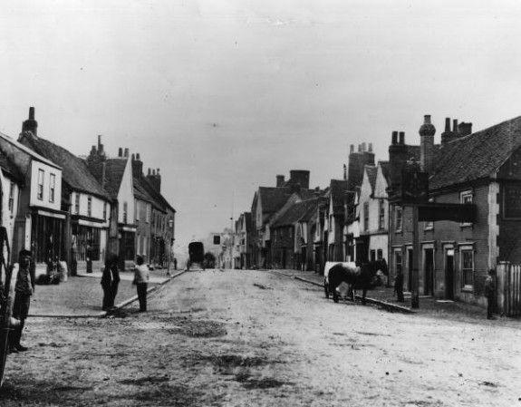 Edgware  1890:  Edgware High Street, London.  (Photo by Fox Photos/Getty Images).