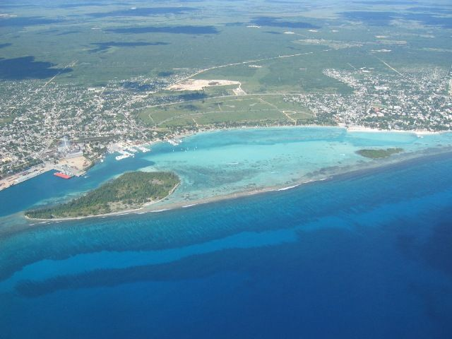 See how the beach 'Boca Chica' is sheltered by the reef, it had crystal clear water and almost no waves. Perfect water for young kids.
