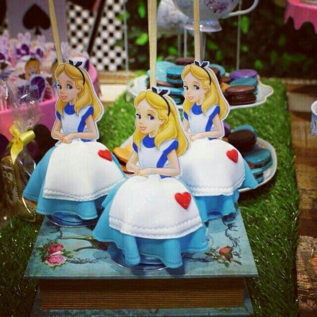Maçã do amor decorada com o tema #alicenopaisdasmaravilhas da Convites e Festas…