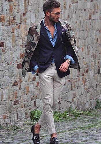 紺ジャケット×ベージュセンタープレスパンツ×黒タッセルローファーの着こなし(メンズ) | Italy Web