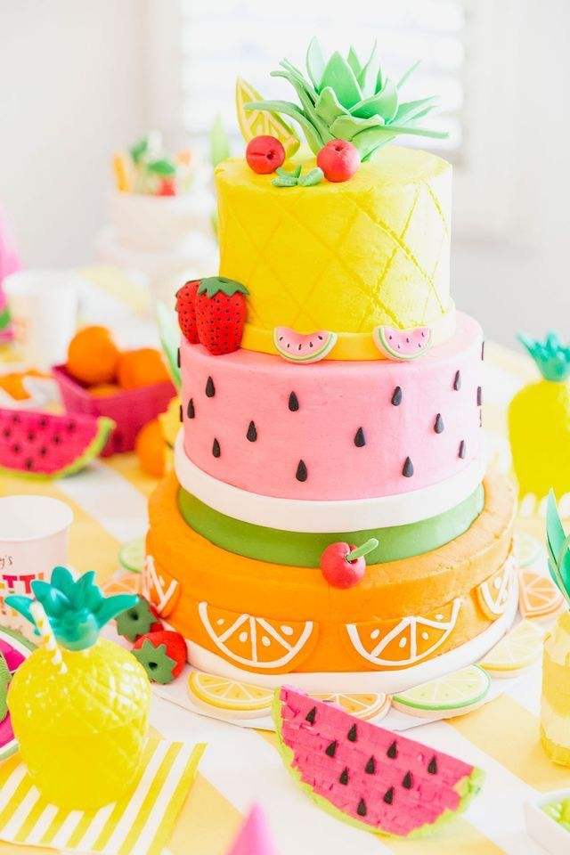 Gezonder kan een taart er niet uitzien! Perfect voor een zomers feestje. / Can a healthier cake don't look! Perfect for a summer party. - Shop your tropical party items at: https://www.partydeco.nl/verjaardag-versiering/aloha/