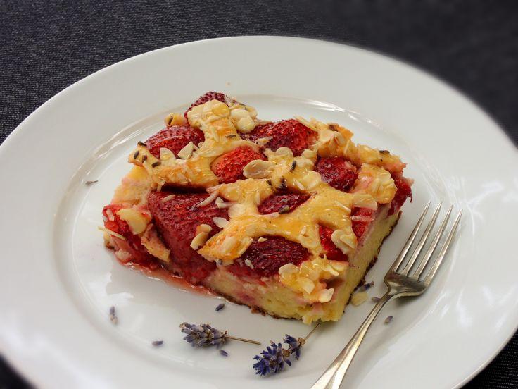Voňavý, vláčný a neuvěřitelně skvělý tvarohový nákyp s jahodami a sušenými kvítky levandulí.