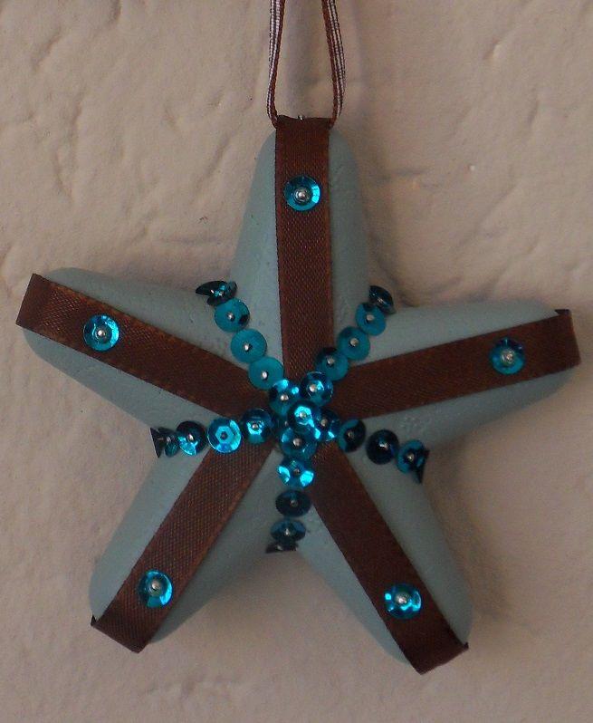 Neem een tempex ster, beschilder deze met acrylverf. Na het drogen wikkel je er gekleurd lint omheen en versier je de ster met pailletten en kralen. Die prik je met een speld in het schuim... een mooie decoratie voor de kerstdagen!