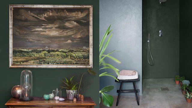 Le mariage de couleurs riches et de meubles originaux crée une pièce qui raconte une histoire.