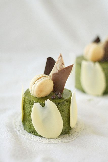 Matcha mousse With trio chocolate shards, a macaron and Valrhona crunchy pearls