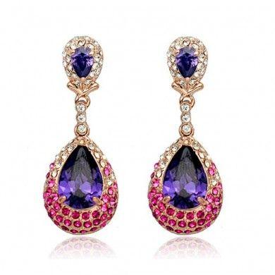 BRINCOS COM SWAROVSKI ROXO E ROSA - Brincos pendentes com cristais roxo e rosa. Tamanho: 3,5cm x 1,4cm. Joia com banho de Ouro Rosê 18K. Só R$ 155,00!!!