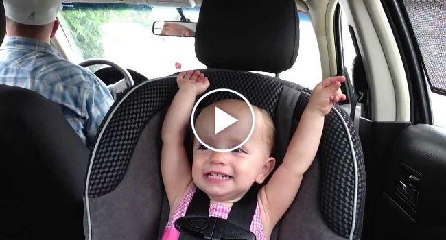 Bebé De 20 Meses Adora Cantar Elvis Presley Quando Viaja Com o Seu Pai De Carro