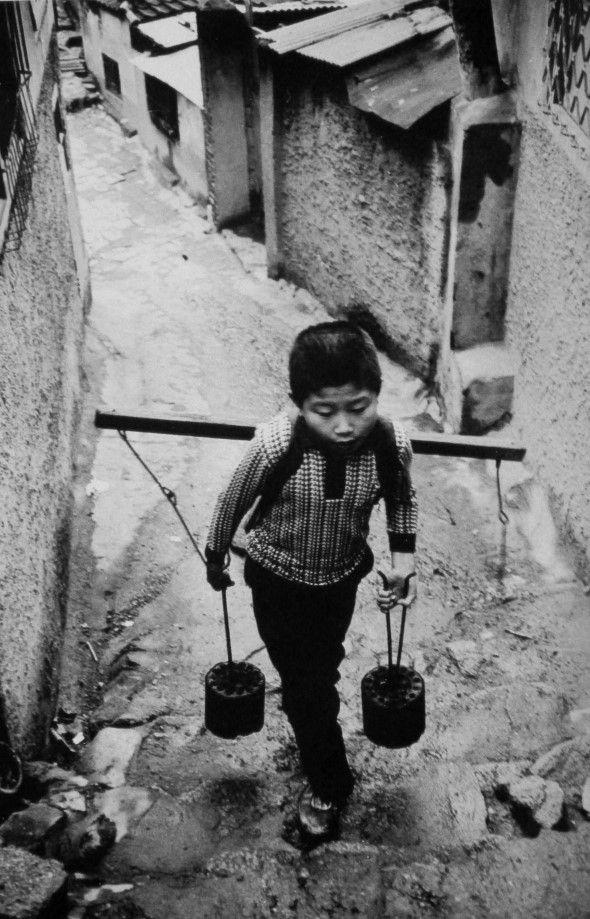 1975 / 김기찬 (金基贊, 1938-2005)의 사진 골목안 풍경 김기찬  1938년 서울 출생으로, 동양방송...
