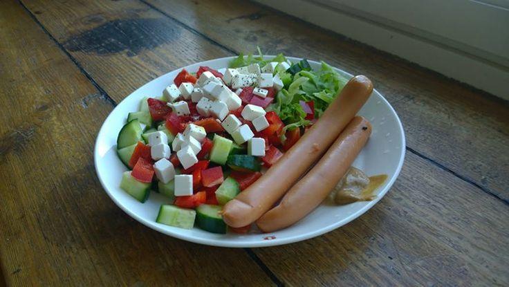 Yönakkisalaatti. Sillä välin, kun vihannekset pilkotaan lautaselle voi lämmittää Yönakit uunissa. Nopeaa, hyvää ja terveellistä.