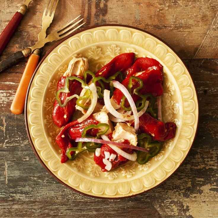 Ensalada de pimientos de piquillo con bonito del norte. Ver la receta en http://www.petramora.com/blog/recetas-menu-lat/ensalada/1-ensalada-de-piquillos-con-bonito-del-norte/