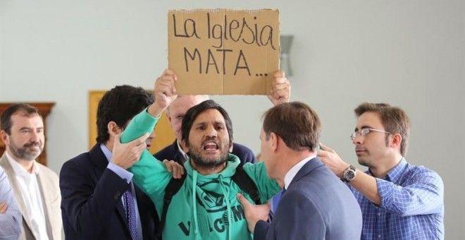 Un activista sin hogar interrumpe a gritos en la rueda de prensa del nuevo cardenal Carlos Osoro