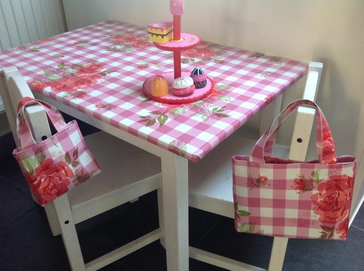 Tafel bekleed met tafelzeil, en van de rest tasjes gemaakt