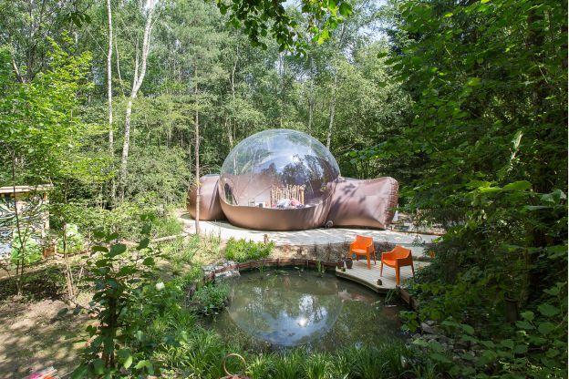 Slapen in een tent was nog nooit zo leuk! In Erezée (België) staat sinds kort een heel bijzondere tent. Het lijkt op een luchtbel en heeft een groot doorschijnend gedeelte waardoor je echt onder de sterrenhemel slaapt!