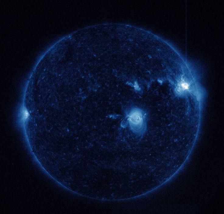 El pasado fin de semana, de nuevo el telescopio espacial Solar Dynamics Observatory de la NASA, que observa constantemente el comportamiento del Sol,capturó imágenes de tres erupciones solares de nivel medio en la parte superior derecha de ese astro: Dos alcanzaron su punto máximo a las 8:02 GMT y a las 20:33 GMT del 2 …