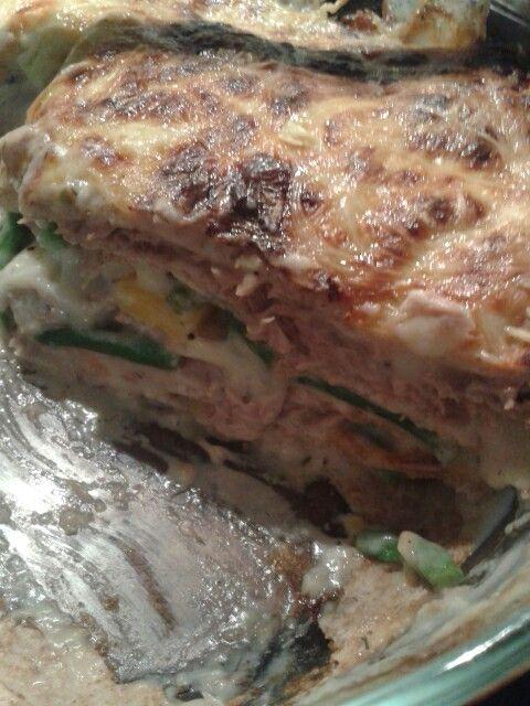 Tortillalasagne. Tonnikalaa, papuja, porkkanaa, Valkokastike ja tortillaletut vuoro kerrokset. Päälle juustoa.. Uunissa n. 15min..