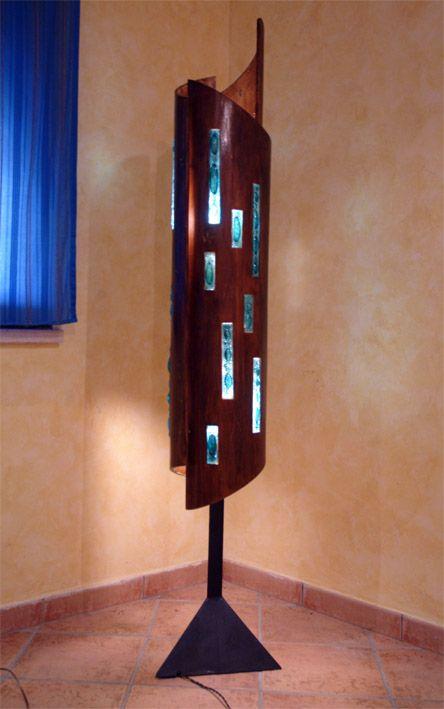 Totem in legno con intarsi in resina e vetrofusione