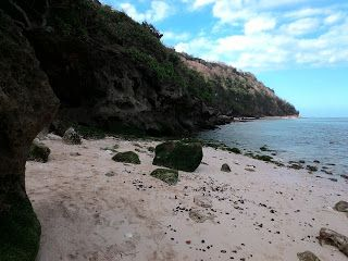 Lelah melewati ratusan anak tangga di Pantai Green Bowl | Rizaltaf.com | Life's for Sharing