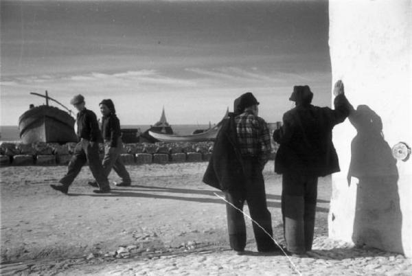 Nazareth - due uomini conversano all'angolo di una strada prospiciente la spiaggia., Patellani, Federico – Fotografie – Lombardia Beni Culturali