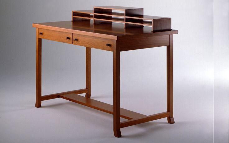 Cassina Meyer May Desk  Cassina Meyer May Desk, een bureau van PLAN@OFFICE ontworpen door Cassina.