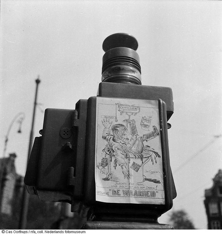 Aangeplakte antifascistische spotprent van De Waarheid, Amsterdam (1945)