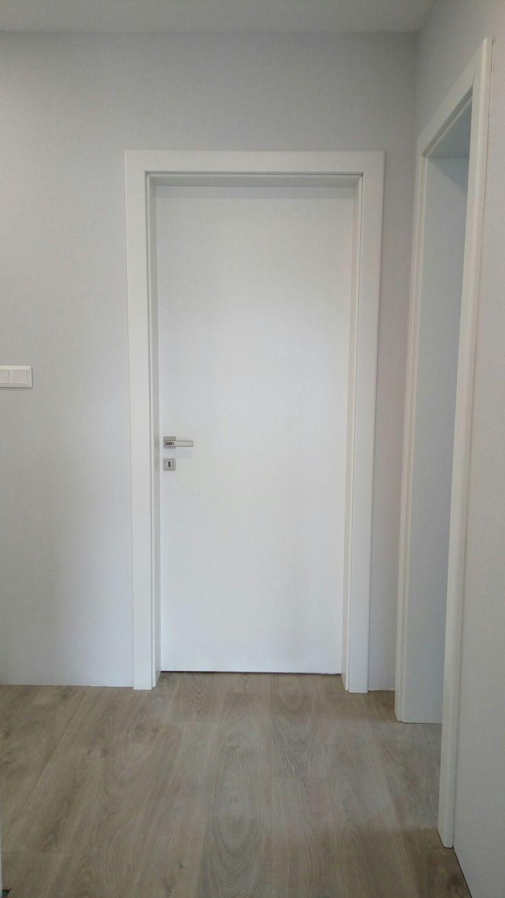 Plné biele dvere sivá stena #white #door #lightgrey #wall