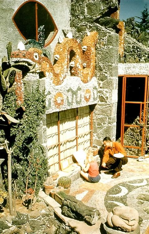 Mosaico de serpiente con vistas al patio, Casa Particular de Juan O'Gorman, Av. San Jerónimo, Jardines del Pedregal, México, DF 1952 Arq. Juan O'Gorman -  Mosaic serpent overlooking the patio of Juan O'Gorman's home, Pedregal, Mexico City 1952