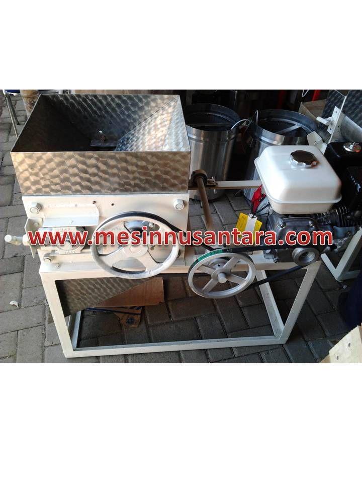 Mesin Pemipih Sale Pisang / Jagung adalah mesin yang digunakan untuk memipihkan pisang untuk dijadikan sale ataup[un jagung untuk dijadikan emping. Dengan bahan terbuat dari stainless steel akan menjaga produk anda tetap hygienist. Spesifikasi :  Kapasitas       : 50 – 100 Kg/ jam Dimensi          : 50 x 80 x 80 cm Daya              : 6,5 Hp (motor bensin) Frame            : Plat besi siku tebal 5 cm Transmisi       : V-Belt dan rantai Roll Pemipih   : Stainless steel 8 dan 6 inch