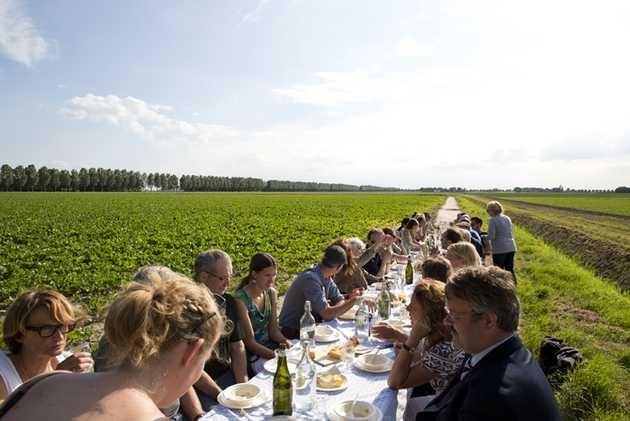 Diner tijdens opening zomermanifestatie Mapping Flevoland #1 op het erf van Studio Makkink & Bey, 30 juni 2012.© Jordi Huisman, Museum De Paviljoens