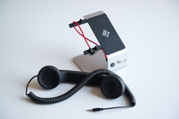 """これで""""ながら通話""""もラクラク iPhoneを固定電話のように使える専用スタンドが登場"""