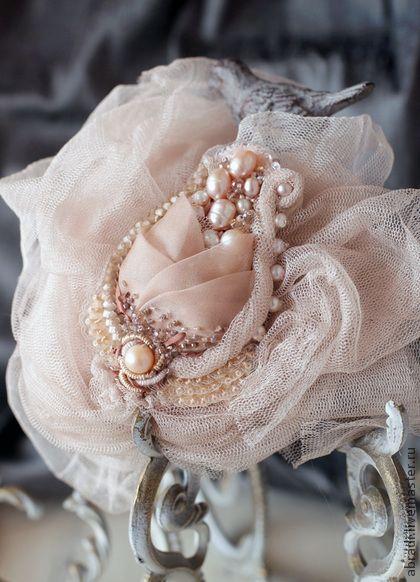 Брошь-кулон ` Роза`. Нежный бутон розы!!! Романтичный, трогательный и  неувядающий...    Пастельные тона и прекрасные материалы - органза и сетка из 100% натурального шёлка, натуральный жемчуг, шёлковые и хлопковые нити, шёлковые ленты,…