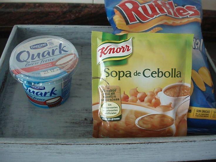 Crema para patatas fritas, o crudites. Se necesita: -Quark. (El que se necesita es el bote de color azul, marca Danone.) - Un sobre de sopa de cebolla. -Patatas fritas onduladas. -Y verduras crudas, como zanahorias, apio.  Remover el queso Quark y añadir 2 cucharadas soperas de la sopa de cebolla.  Se puede adornar con cebollino. Y ya teneis una crema riquísima para mojar patatas fritas, doritos, o crudites!