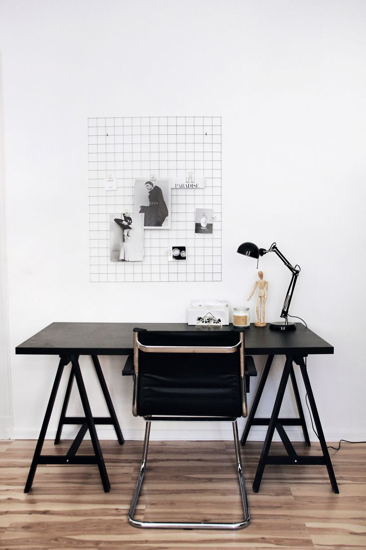 Elisa from SCHWARZER SAMT is showing her minimal working space with a moodboard grid and a insutrial lamp from IKEA Deutschland, Blogger Schreibtisch