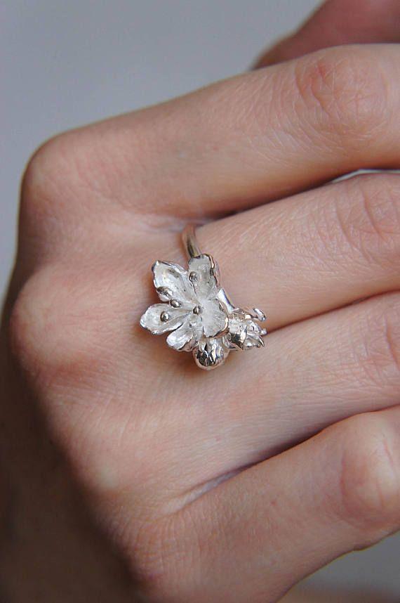 Sterling Zilveren bloem ring, ring van de kersenbloesem, Flower Jewelry flower jewelry, voorstel ring, unieke ring, verlovingsring, delicate ring, romantische ring  Ring van de kersenbloesem is hand-gemaakt van sterling zilver blad petal door bloemblad. Deze ring zilver bloem biedt botanische ontwerp met ongelooflijk gedetailleerde bloemen: één grote en twee kleine knoppen. Het is ook delicaat ring maar stevig en niet-catchy. Deze unieke ring kan gaan als verlovingsring of voorstel ring ook…