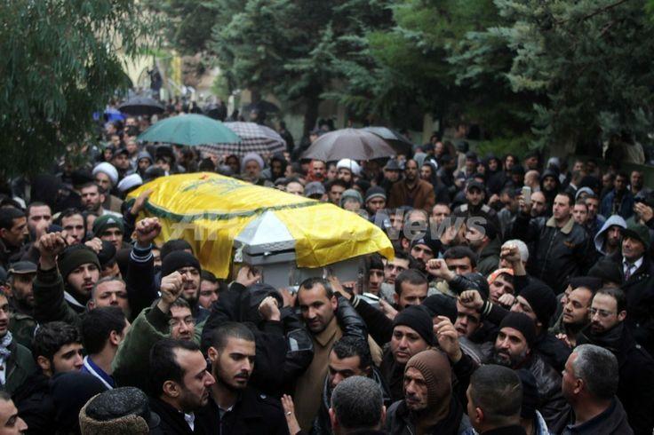 レバノン東部バールベック(Baalbek)で行われたイスラム教シーア派原理主義組織ヒズボラ(Hezbollah)のハッサン・ハウロ・ラキース(Hassan Hawlo al-Lakiss)司令官の葬儀で、遺体が納められたひつぎを運ぶ人々(2013年12月4日撮影)。(c)AFP ▼5Dec2013AFP|ヒズボラ、「イスラエルが司令官を暗殺」 http://www.afpbb.com/articles/-/3004487 #Lebanon #Baalbek #Hezbollah #alLakiss
