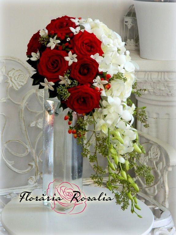 Buchet alb-rosu cu trandafiri, orhidee dendrobium, stephanotis
